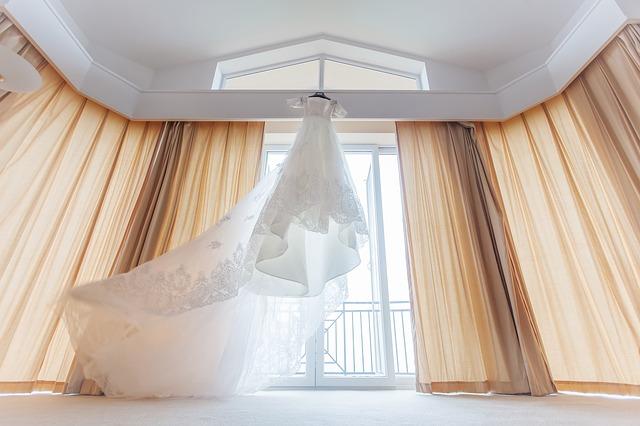 šaty u stropu