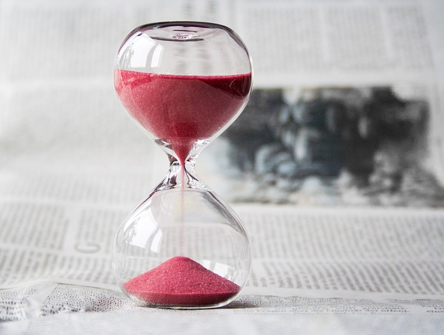 přesýpací hodiny na novinách