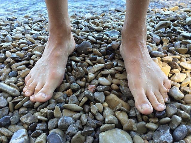 nohy na oblázcích