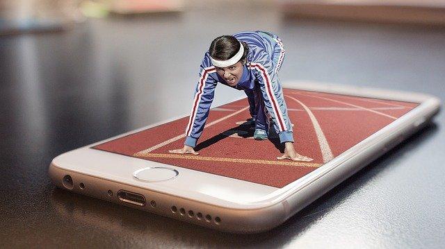 běžec s mobilem