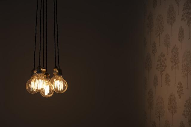 svítící žárovky v místnosti